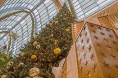 Weihnachtsbaum und Goldweihnachtsball Stockbilder