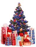 Weihnachtsbaum und Gruppengeschenkbox. Stockfoto