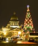 Weihnachtsbaum und Kathedrale von St. Isaac Stockbild