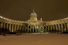 Weihnachtsbaum und Kazanskiy-Kathedrale im St. Petersburg Stockbild