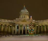Weihnachtsbaum und Kazanskiy-Kathedrale, St. Petersburg Stockfotografie