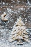 Weihnachtsbaum und Mond, die rustikalen Hintergrund backen Stockfoto