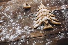 Weihnachtsbaum und Mond, die rustikalen Hintergrund backen Lizenzfreie Stockfotos