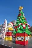 Weihnachtsbaum und Santa Claus gemacht durch Lego-Ziegelsteine Stockfotografie