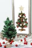 Weihnachtsbaum und -spiegel Stockbilder