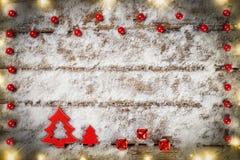 Weihnachtsbaum und Verzierung auf Schnee Lizenzfreie Stockfotografie