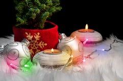 Weihnachtsbaum und Verzierungen - festliche Stimmungsfarbe stockfotos