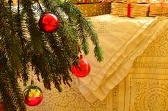 Weihnachtsbaum und weiße festliche Tischdecke, Weinlesethema Stockfotografie