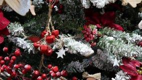 Weihnachtsbaum und Weihnachtsdekorationen stock video footage