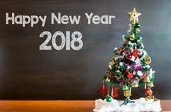 Weihnachtsbaum und Weihnachtsdekorationen auf Tafelhintergrund lizenzfreies stockbild