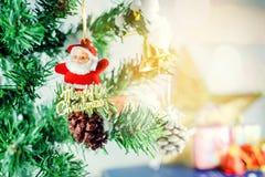Weihnachtsbaum und Weihnachtsdekorationen: Weihnachtsfeiertag conc Stockbild