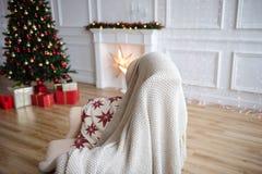 Weihnachtsbaum- und Weihnachtsgeschenkboxen im Innenraum mit einem f Stockfoto