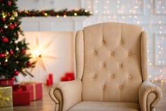 Weihnachtsbaum- und Weihnachtsgeschenkboxen im Innenraum mit einem f Lizenzfreie Stockfotos