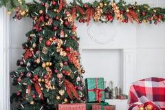 Weihnachtsbaum- und Weihnachtsgeschenkboxen im Innenraum mit einem f Stockbild