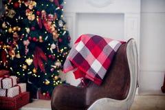 Weihnachtsbaum- und Weihnachtsgeschenkboxen im Innenraum mit einem f Stockfotos