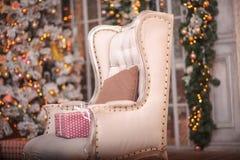 Weihnachtsbaum- und Weihnachtsgeschenkboxen im Innenraum mit einem f Lizenzfreies Stockbild
