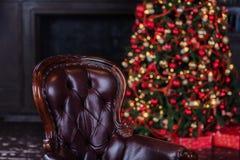 Weihnachtsbaum- und Weihnachtsgeschenkboxen im Innenraum mit einem f Lizenzfreies Stockfoto