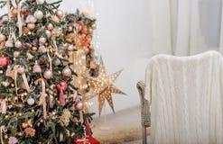 Weihnachtsbaum- und Weihnachtsgeschenkboxen im Innenraum mit einem f Stockfotografie