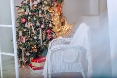Weihnachtsbaum- und Weihnachtsgeschenkboxen im Innenraum mit einem f Stockbilder