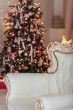 Weihnachtsbaum- und Weihnachtsgeschenkboxen im Innenraum mit einem f Lizenzfreie Stockfotografie