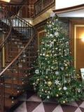 Weihnachtsbaum verziert durch Spielwaren und Lichter Lizenzfreie Stockfotos