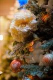 Weihnachtsbaum verziert mit Blumen und Bällen stockfotografie