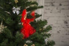 Weihnachtsbaum verziert mit einem roten Spielzeug Stockbild