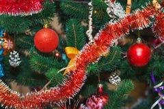 Weihnachtsbaum verziert mit Kugeln Lizenzfreie Stockfotos