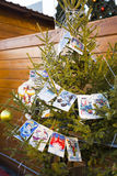 Weihnachtsbaum verziert mit Retro- Postkarten Lizenzfreie Stockfotografie