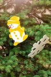 Weihnachtsbaum verziert mit Schneemannfigürchen Lizenzfreie Stockfotografie