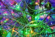 Weihnachtsbaum verziert mit Spielwaren Blaue Glühlampe Stockfotografie