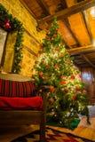 Weihnachtsbaum verziert mit Spielwaren, Lichtern und Girlanden, Griechenland Stockbilder