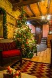 Weihnachtsbaum verziert mit Spielwaren, Lichtern und Girlanden, Griechenland Stockbild