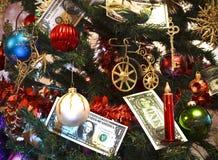 Weihnachtsbaum verziert mit Spielwaren und Geld Stockfoto