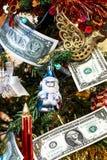 Weihnachtsbaum verziert mit Spielwaren und Geld Stockfotos