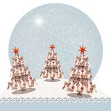 Weihnachtsbaum verziert mit Sternen und Bögen, in einer schneebedeckten Landschaftsweihnachtskarte mit copyspace für Ihren Text Lizenzfreie Stockfotos