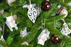 Weihnachtsbaum verziert mit Weihnachtsbällen und -spielwaren stockbild