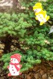 Weihnachtsbaum, verziert mit Zahlen von Schneemännern Lizenzfreies Stockbild