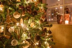 Weihnachtsbaum verzierte Lebkuchen, Zimt und Ballnahaufnahme Licht von den Girlanden Stockfotos