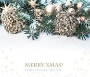 Weihnachtsbaum, verzierte Niederlassungen auf Schnee Lizenzfreie Stockfotos