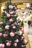 Weihnachtsbaum verzierte purpurrote Bälle Lizenzfreie Stockfotografie