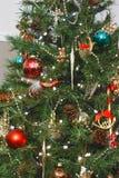 Weihnachtsbaum voll der Dekorationen Stockbild