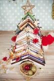 Weihnachtsbaum von Büchern Stockfotos