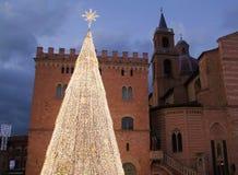 Weihnachtsbaum von Lichtern vor einer alten italienischen Kirche Lizenzfreie Stockfotos
