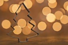 Weihnachtsbaum vor beleuchtetem Hintergrund Stockfotografie