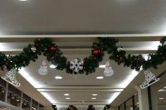Weihnachtsbaum vor dem Einkaufspavillon stockfotos