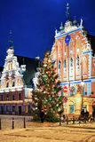Weihnachtsbaum vor dem Haus von Mitessern Lizenzfreies Stockfoto
