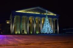 Weihnachtsbaum vor dem neuen Opern-Theater in Astana Stockbilder