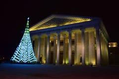 Weihnachtsbaum vor dem neuen Opern-Theater in Astana Lizenzfreie Stockfotos