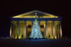 Weihnachtsbaum vor dem neuen Opern-Theater in Astana Stockfotos